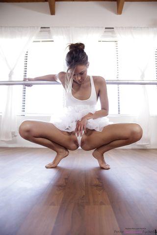 Балерина в белом трясет аппетитными ягодицами перед тренером и скачет на длинном пенисе