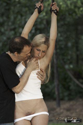 Мужик связал девушку на свежем воздухе, сначала отшлепал плетью, а потом трахнул в глотку