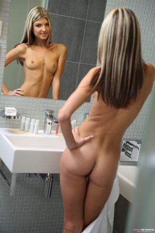 Обнаженная девушка сидит в ванне и мастурбирует струей воды перед вебкамерой крупным планом