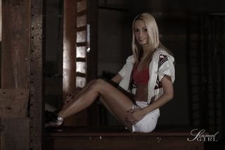 Блондинка задирает ноги перед вебкамерой и демонстративно трахает себя пальцами крупным планом