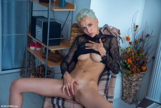 блондинка в очках задирает полупрозрачный топ и демонстративно мастурбирует перед вебкаменрой
