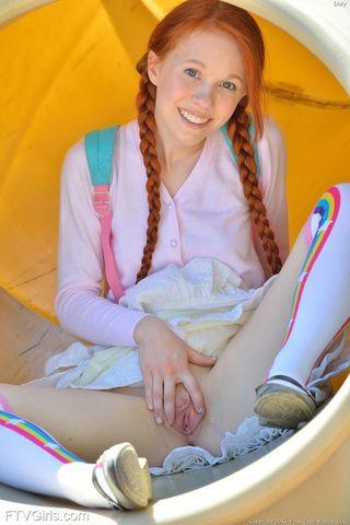 Рыжуха с длинными косами задирает короткую юбку и нежно ласкает кремовую пилотку небольшой секс игрушкой