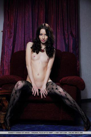 Брюнетка показала большие половые губы и показала свою маленькую грудь перед вебкамерой