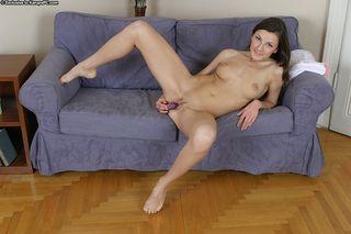 брюнетка крупным планом стоит перед вебкамерой и полностью вводит секс игрушку во влажную пилотку
