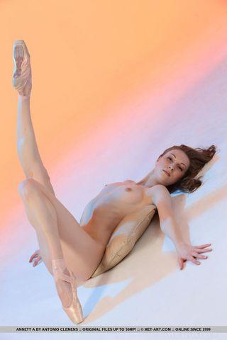 Стройная балерина позирует на полу и демонстративно задирает ноги перед вебкамерой