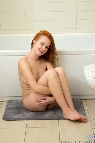Рыжуха сидит на ванной и обмазывает свое тело пеной и вводит пальцы в кремовую пилотку