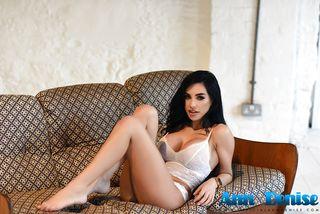 Брюнетка в кружевном белье нежится на диване и трясет большими сиськами перед вебкамерой