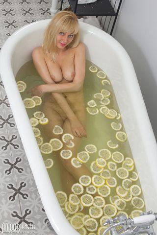 Блондинка принимает ванну с дольками лимона и нежно сжимает натуральную грудь третьего размера