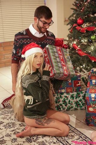 Две телочки трутся пилотками и трахаются с мужиком возле рождественской елки крупным планом