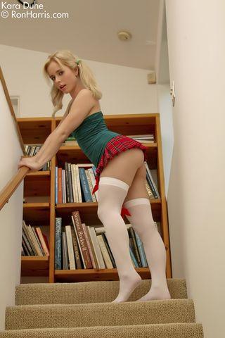 Молоденькая худышка мастурбирует в библиотеке на лестнице и доводит себя до оргазма