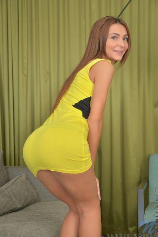 Девушка на высоких каблуках обеими руками сжимает маленькие сиськи и шлепает себя по заднице