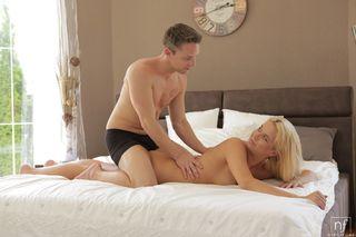 Мужик вылизывает аппетитную попку блондинки и трахает ее раком до самого оргазма перед вебкой