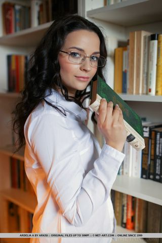 Брюнетка в очках раздевается крупным планом и показательно ласкает большую натуральную грудь