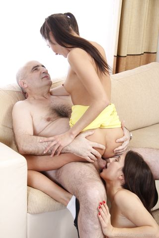 Две брюнетки задирают короткие юбки и по очереди скачут на пенисе зрелого мужика на диване