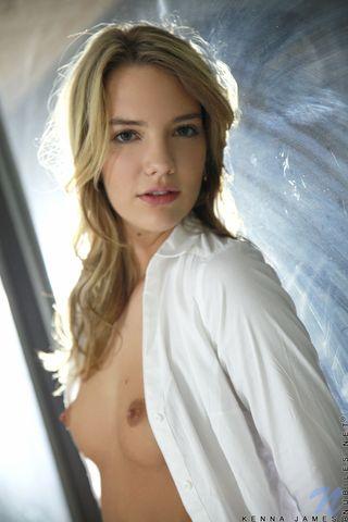 Девушка в белоснежной блузе раздевается перед вебкамерой и мастурбацией доводит себя до оргазма