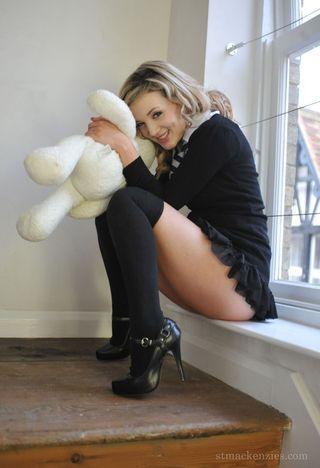 Классная блондинка в короткой юбке становится раком на лестнице и ловко раздевается до гола