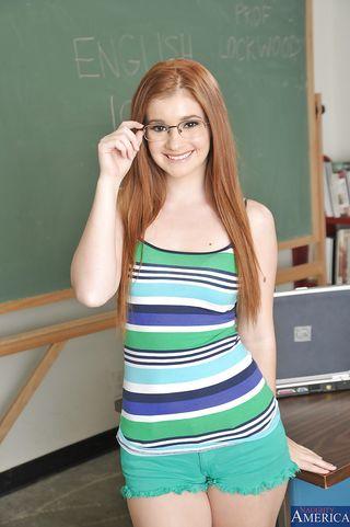 Девушка с длинными волосами ловко раздевается в кабинете и обнажает небольшую задницу