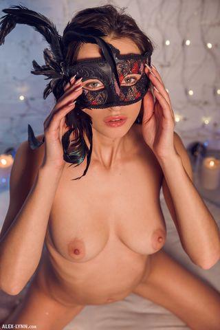 Красотка в маске эротично хвастается красивой грудью и показывает аппетитную попку во всех ракурсах