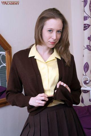 Страстная женщина в черных чулках сбрасывает белый лифчик и демонстрирует натуральную грудь